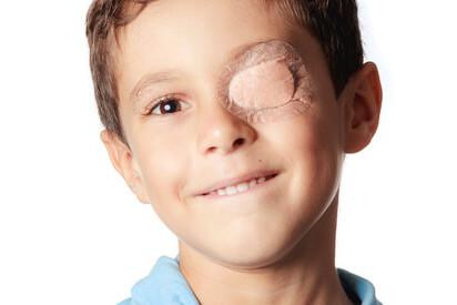 Kind mit abgeklebtem Auge