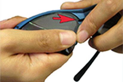 Glas Richtung Brillensteg drücken