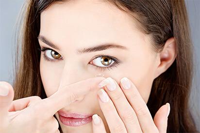 Einsetzen einer Kontaktlinse