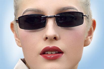 Junge Frau mit Sonnenbrille mit Clip