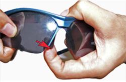 Sportbrillenfassung mit beiden Händen festhalten