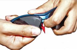 Nasenpad zur Seite schieben und Sportbrillenglas vorsichtig herausziehen